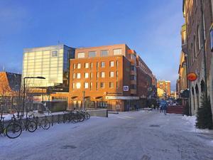 En tänkt planskiss som den skulle kunna se ut från Prästgatan med Länsförsäkringars kub till vänster och det i två våningsplan utbyggda hotellet till höger. Fotomontage: Krook&Tjäder Arkitektfirma.