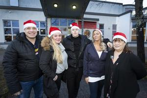 Leif och Anna Hammar med barnen Donny Dahlman och Jenny Abrahamsson samt Margareta Andersson, verksamhetschef på Bomhus Folkets hus. Tillsammans ordnar de julfirande för ensamma.