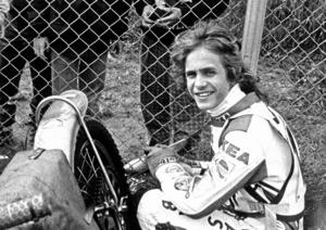 Back in the days. Henka Gustafsson 1987, med cykeln som fortfarande lever och som han rullade in på ovalen med 2019. Bild: Håkan Ekebacke.