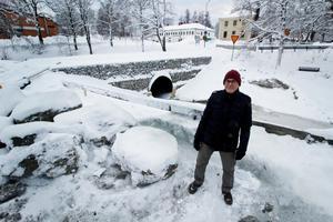 Hans Andersson är ordförande i Vikmanshyttans samfällighetsförening som har ansvar för vägar och grönytor i samhället. Tillsammans med ett statligt bidrag från trafikverket på drygt fem miljoner kronor har de sett till att två broar längs med Rostugnsvägen rustats upp.