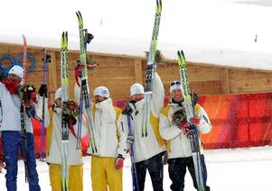 Sveriges herrstafettlag jublar över sin bronsmedalj i Turin 2006. Från vänster: Mats Larsson, Johan Olsson, Anders Södergren och Mathias Fredriksson. Bild: Pontus Lundahl/TT.