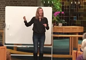 60 personer följde Jonna Bornemarks livfulla utläggningar om en möjlig förklaring till varför vi har så många chefer i  vård, skola och omsorg. Foto: Marie-Hélène Abrahamsson