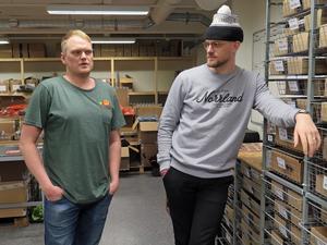 """Rasmus Molund och Måns Hegevall i det 450 kvadratmeter stora lagret i Östersund. """"Periodvis är det trångt i lagret. En förklaring till framgången är att vi har en tydlig nisch"""" säger de."""