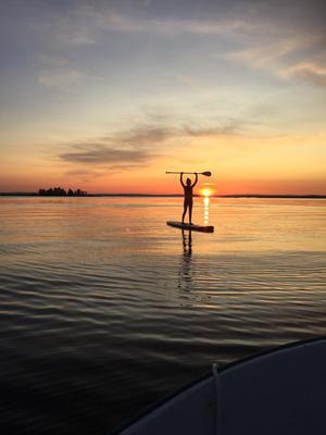 Sommaren när den är som bäst! Milly paddlar i solnedgången i Storsjön. Foto: Karin