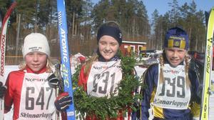 DM-medaljörer i yngsta flickklassen (F11) 2004. Segraren Stina Nilsson i mitten, flankerad av trean Julia Svan, Vansbro och tvåan Julia Forsmark, Rembo.