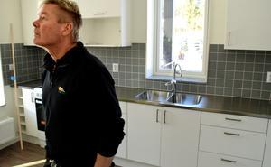 Mikael Sundqvist blir fastighetsvärd i det nya kvarteret Jonas. Här kikar han in i en av de 27 lägenheter som nu är klara.