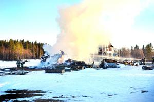 Räddningstjänsten fick koncentrera sig på att rädda kringliggande byggnader.