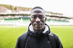 Pa Dibba har väskan packad igen. Den förra resan han åkte på var hem till Gambia för ett dubbelmöte med Mauretanien i kvalet till de afrikanska mästerskapen. Nu åker han och GIF Sundsvall till Stockholm för allsvensk premiär mot AIK på Nationalarenan Friends.
