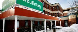Under natten mot söndagen dök överläkaren upp på akutmottagningen på Gävle sjukhus sedan han skadat sig i en trappa. På akuten blev han mycket hotfull mot sina kolleger.