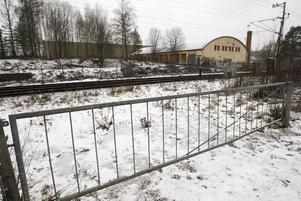 Nytt staket. Sandvikens kommun ska sätta upp ett nytt staket längs med järnvägen mellan Valhalla och Resecentrum. Det nuvarande är i dåligt skick och på vissa platser finns inget staket överhuvudtaget.