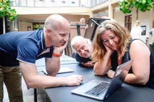 Jerker Porat från Microsoft vägleder Björn Eriksson och Marlene Nordhage i Minecraftvärlden. Marlene och Björn arbetar båda som IT-pedagoger på Härnösands kommun.