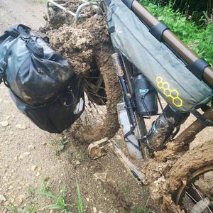 Tung cykel efter ett av alla lerbad.