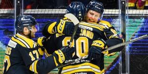 Martin Janolhs får en kram av Ludwig Blomstrand efter ett mål mot AIK. Båda spelarna behöver få offensiven att lossna den här säsongen. Foto: Bildbyrån.