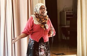 Man behöver inte vara rädd för socialtjänsten, förklarade Kiin Husein Adan för de för de somaliska kvinnor som samlats på Lovisagården. Omhändertagna barn oroar många nyanlända somaliska familjer. Foto: Ann-Christine Kihl
