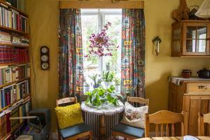 Sarah älskar färger och valde därför en gul nyans på väggen i matsalsrummet.