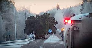 Lastbilen gick köra på fel sida av refugen vid infarten till Bergsgården.