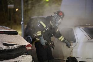Tack vare ett rådigt ingripande från privatpersoner rykte det bara om bilen när räddningstjänsten inledde sin insats. Foto: Roger Nilsson