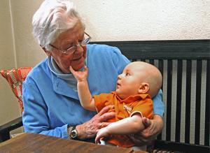 De äldre har mycket kultur att förmedla till kommande generationer. FOTO: Hasse Holmberg/TT