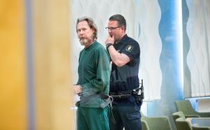 Ulf Borgström höll sig lugn under tredje rättegångsdagen i Västmanlands tingsrätt. Ibland smålog han när åklagarna gick igenom sin bevisning om att han enligt dem ska vara gärningsmannen.