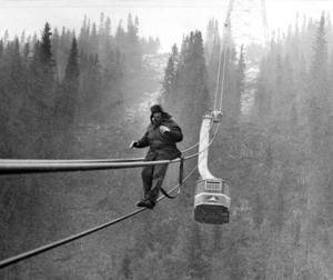 Kabinjären Ulrich Hug fick rycka ut och glida nerför linan för att rätta till felet vid haveriet i september 1976.