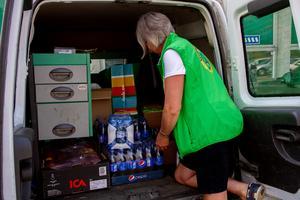 Allt från tamponger och toapapper till energidryck och äpplen, levereras till folkets park i Färila, där insamlingen håller till.