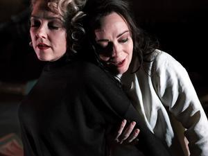 Susanna Levonen och Henrikka Gröndahl som Orfeo och Euridice. Bild: Micke Sandström