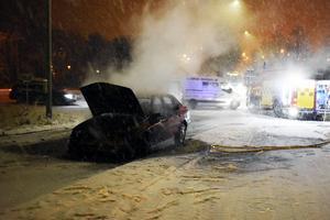 Räddningstjänsten kunde släcka branden och bilen bärgades sedan bort från vägen.