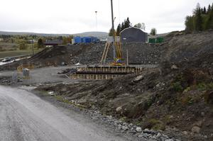 Arbetet har startat med att bygga en av de broar som finns på sträckan.