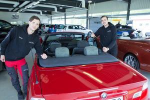 David Arvidsson och Alexander Hammarberg vid en nysåld BMW cab.
