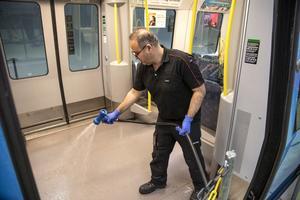 En person rengör tunnelbanevagnar vid en depå för sådana i Stockholm.  Instruktioner angående städning av fordon i kollektivtrafiken följs. Foto: Anders Wiklund / TT.