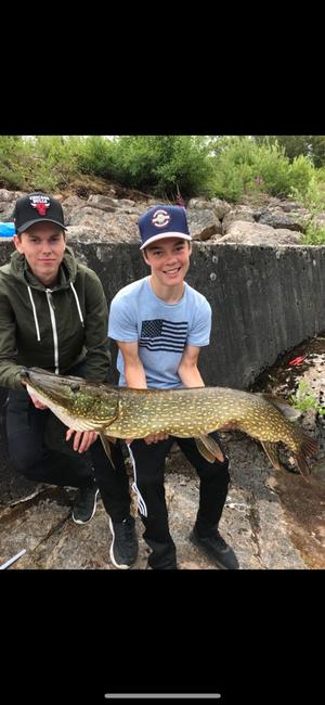 Rasmus Nilsson till vänster, Albin Nilsson 14 år, till höger.Albin var den som fick gäddan vid Svegsdammen. Den vägde 10,3 och var 120 cm lång.