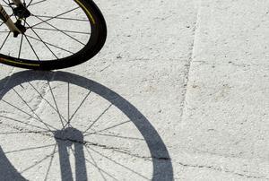 Varför fixas inte Bergsgatans cykelväg från Nackstavägen till Sidjövägen? undrar signaturen TM.