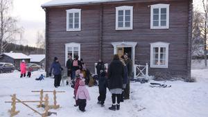 Det var vintrigt, med lagom mycket snö och lagom temperatur vid Fors hembygdsgård.  Foto: Lajla Gahnström