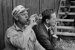 En ölhalsande byggjobbare och cigarettrökande blivande partiledare och statsminister. Foto: Jean Hermanson