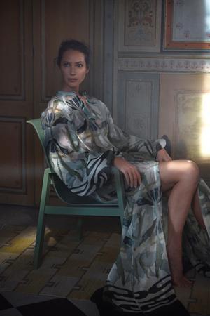Världskända modefotografen Mikael Jansson har fotograferat H&M:s printkampanj. Här är det supermodellen Christy Turlington Burns som visar kläderna med inspiration från Sundborn.