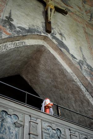 Maria under Vika kyrkas krucifix.