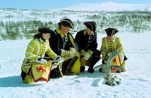 Så här ungefär kunde det se ut när karolinerna försökte ta sig tillbaka till Sverige över fjällen december 1718-januari 1719. Här är det Johanna Lundström, Bodafors, Joachim Nässil, Duved, Bo Lindqvist, Värnamo och Lars Lundberg, Värnamo som deltar i en reenactment 1998. Foto: Pål Doj.