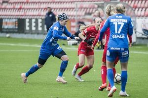 Lisa Dahlkvist som spelar med Eskilstuna i en närkamp med Kayla Braffet.