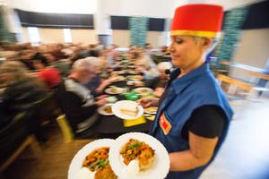 Pia Möller-Andersen har inte bara skrivit hela revyn. Hon spelar i den och serverar mat innan den.