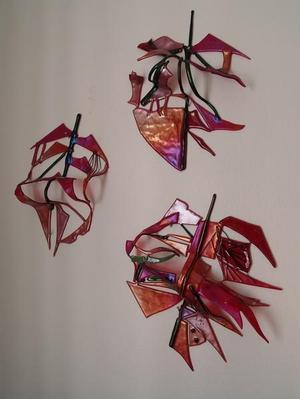 Jag och arbetar som yrkesverksam konstnär sedan 1987. Mitt arbetsmaterial är skulpturalt i konstglas och raku samt i bild akvarell. Jag har min bostad och konstateljé i ett 1600-tals hus bredvid Tidö slott strax utanför Västerås. Här ute vid Tidö finns det en ädellövskog som är mycket gammal och de gamla träden hyser utrotningshotade skalbaggar. Jag har i min konst arbetat med inspiration om dessa insekter för jag tycker dessa skalbaggar behöver uppmärksammas innan de är helt utrotade från den svenska faunan och skogen i Västmanland. Jag är medlem i KRO Västmanland och vi konstnärer har sedan ett par år sedan arbetat med utställningar för naturreservaten i länet. Vi har ställt ut runt om i länet med temat