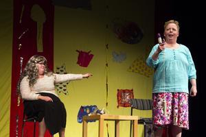 Anna Widlunds karaktär har hittat en dildo i sin mammas väska när hon skulle ta tillbaka sin lägenhetsnyckel.