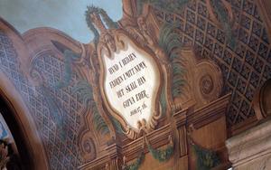 I taket syns målningar och bibelord tydligt.