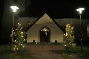 Innanför dörren var det full fart när eleverna  i Östansjö skola hade julavslutning i Viby kyrka. Flera privatpersoner och föreningar i bygden hjälpte till att ordna julavslutningen.