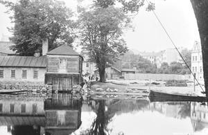 Innan konserthuset byggdes var det bland annat ett brygghus nere vid stranden. Bilden är från ca 1900. Okänd fotograf. (Bildkälla: Örebro stadsarkiv)