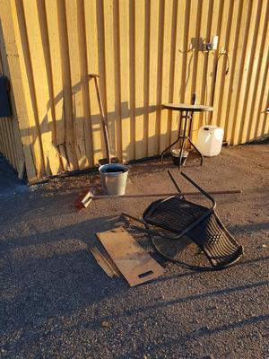 Nyligen resulterade en olycka med att en bilist körde in i husväggen på Husfixarnas lokal. Bild: privat.