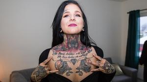 Hanna berättar att många tycker att det är extremt att ha så många tatueringar.