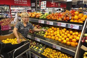 Ica-handlaren i Långsele, Carina Lampinen, älskar sitt jobb.