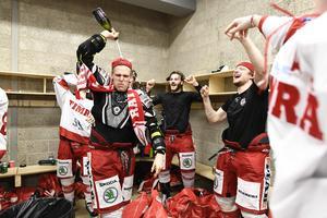 Anton Wedin firar med champagne i omklädningeummet efter avancemanget till SHL. Foto: Jonas Gustafsson / TT