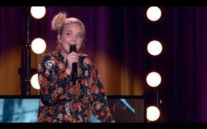 Komikern Elin Almén kommer till 4:e teatern för att diskutera humorns gränser. Foto: Pressbild/Comedy Club