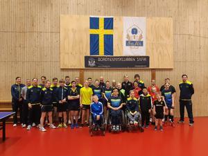 Camp New Level – Nicholas står med armarna i kors som sjätte spelare från vänster längst fram. Sam står bakom killen i gul tröja till höger